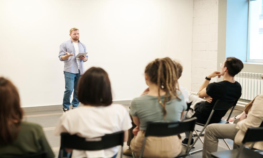 """Unsere Rhetorik-Fortbildung """"Präsentieren"""" wird Ihnen helfen, Ihr Auftreten vor größerern Gruppen zu verbessern."""